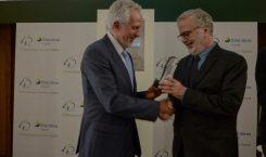 Presidente do CONFIES, Fernando Peregrino, recebe troféu do Cepel
